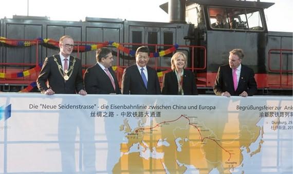 Chủ tịch nước Trung Quốc Tập Cận Bình đến thăm Duisburg vào năm 2014 và chào đón sự xuất hiện của tàu hỏa Yuxinou, kết nối Duisburg trực tiếp với Trùng Khánh. Ảnh: TheGuardian