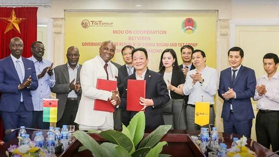 Bộ trưởng Vicente Fernandes và ông Đỗ Quang Hiển, Chủ tịch HĐQT kiêm Tổng Giám đốc Tập đoàn T&T Group đã tiến hành ký kết biên bản ghi nhớ hợp tác giữa hai bên trong lĩnh vực kinh doanh nông sản