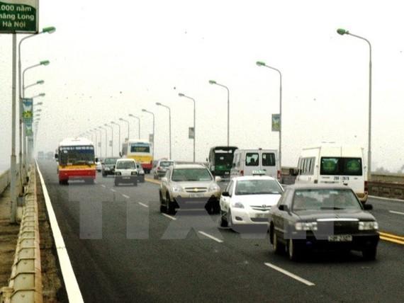 Các phương tiện lưu thông trên cầu Thăng Long. (Ảnh: Anh Tôn/TTXVN)