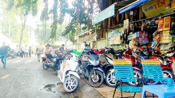 Vỉa hè đường Đặng Thái Thân bít kín vì bị lấy làm bãi giữ xe, người đi bộ phải đi xuống lòng đường