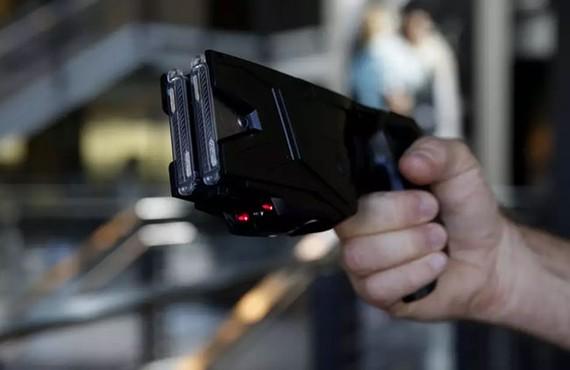Vũ khí điện tử Taser X2 được trưng bày tại cơ sở sản xuất Taser International Inc. ẢNH: Patrick T. Fallon/Bloomberg
