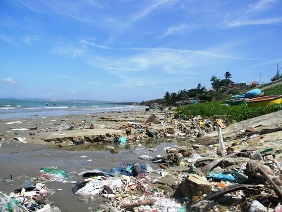 Rác thải tràn lan ở làng chài Mũi Né.