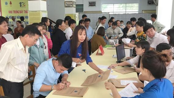 Những tân sinh viên năm 2018 đến trường đại học Trà Vinh làm thủ tục nhập học