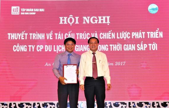 Ông Lê Thanh Thuấn - Chủ tịch Tập đoàn Sao Mai trao quyết định bổ nhiệm ông Trương Vĩnh Thành làm Tổng giám đốc An Giang Tourimex