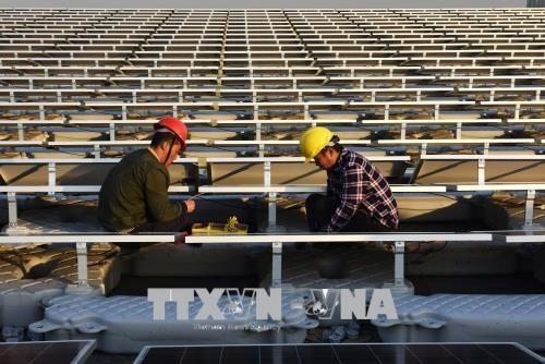 Công nhân làm việc tại Nhà máy điện Mặt trời ở Hoài Nam, tỉnh An Huy, miền đông Trung Quốc tháng 12/2017. (Nguồn: AFP/TTXVN)