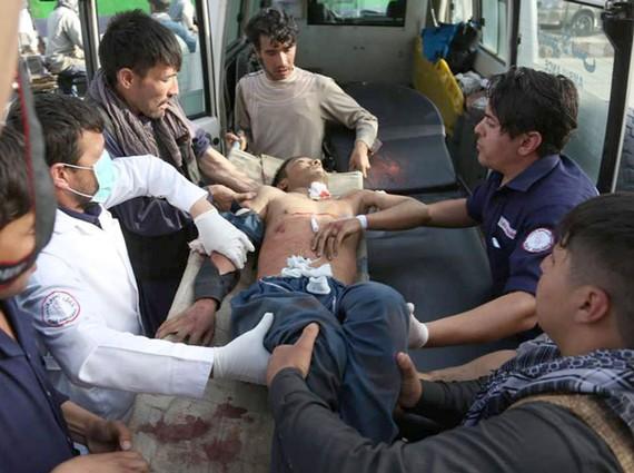 Một nạn nhân còn rất trẻ đang được cấp cứu trong xe cứu thương. ẢNH: ASSOCIATED PRESS