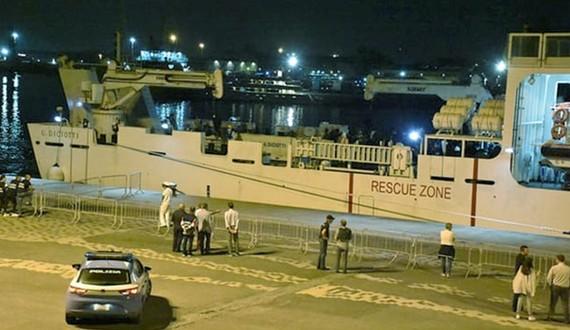 Hình ảnh con tàu cứu hộ Diciotti tại cảng Catania nước Ý. Ảnh: TheGuardian