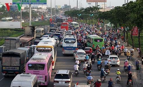Cảnh đông đúc ở các cửa ngõ thành phố vào dịp lễ.