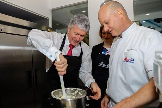 Ông Damien O'Connor cùng làm bánh với 2 đầu bếp của hãng Fonterra
