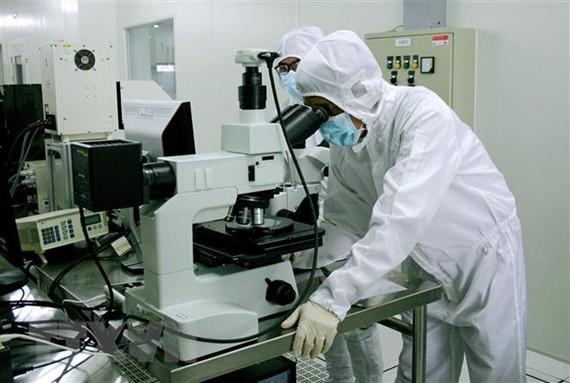 Nghiên cứu phát triển sản phẩm vi mạch bán dẫn, kết quả hợp tác chuyển giao công nghệ tại Khu công nghệ cao Thành phố Hồ Chí Minh. (Ảnh: Tiến Lực/TTXVN)