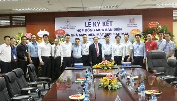 Lãnh đạo Tập đoàn Sao Mai và lãnh đạo EVN, cùng các thành viên tại lễ ký kết.