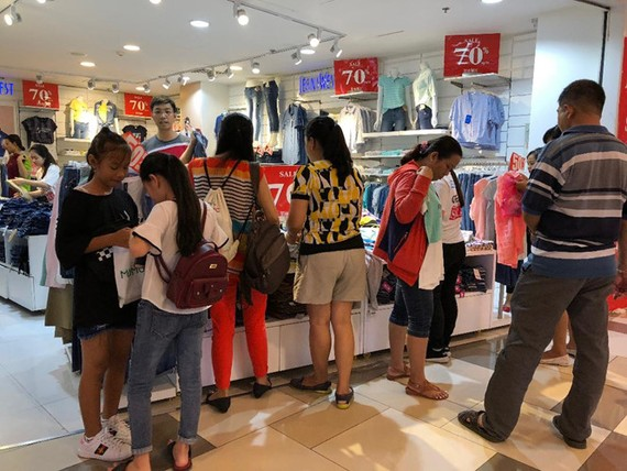 Thời trang ngoại hút người tiêu dùng khi có nhiều sản phẩm và khuyến mãi lớn