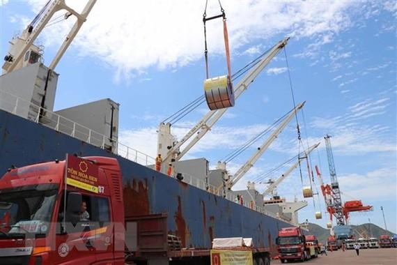 Bốc xếp hàng hóa tại Cảng Quy Nhơn. (Ảnh: Phạm Kha/TTXVN)