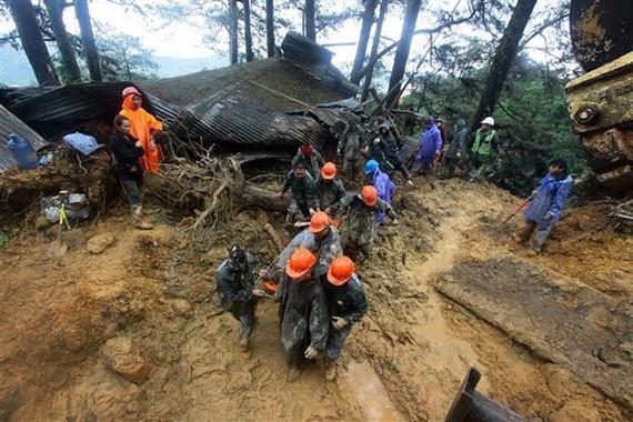 Lực lượng cứu hộ chuyển thi thể nạn nhân thiệt mạng trong vụ lở bùn do ảnh hưởng của bão Mangkhut tại thành phố Baguio, Philippines ngày 16/9. (Nguồn: AFP/TTXVN)