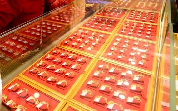 Người dân chọn mua vàng trang sức tại Tế Nam, thủ phủ tỉnh Sơn Đông, Trung Quốc. (Nguồn: THX/TTXVN)