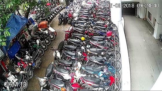 Khuôn viên và đường nội bộ Lô G chung cư Hùng Vương bị chiếm dụng kinh doanh bãi xe, ảnh hưởng lớn đến PCCC