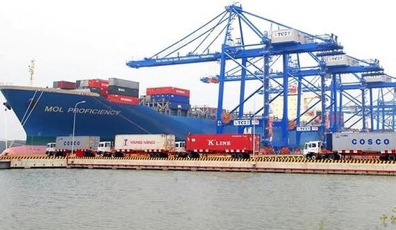 Bốc dỡ hàng tại khu cảng Thị Vải - Cái Mép. Ảnh: CAO THĂNG