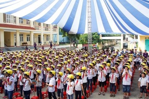 Tặng và hướng dẫn đội mũ bảo hiểm đúng cách cho học sinh Trường Tiểu học Hóa Thượng 1 (Thái Nguyên).