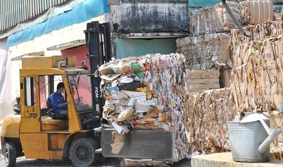 Đưa giấy nguyên liệu đã qua sử dụng vào sản xuất tại Nhà máy giấy Xuân Mai. Ảnh: THÀNH TRÍ