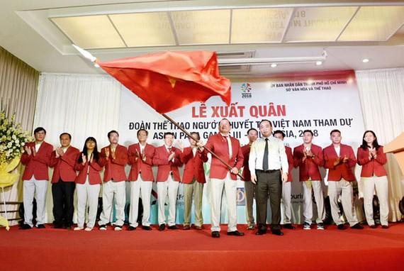 Ông Lê Khánh Hải (Thứ trưởng Bộ VHTDTT) trao nhiệm vụ cho đoàn thể thao người khuyết tật Việt Nam lên đường thi đấu Asian Para Games 3.
