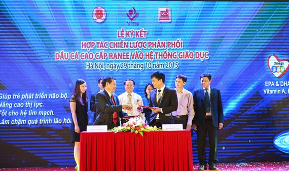 Tập đoàn Sao Mai ký kết với Công ty Cổ phần Thương mại Quốc tế B & B Việt Nam đưa Dầu ăn cao cấp Ranee vào hệ thống giáo dục dưới sự chứng kiến của GS. Tiến sĩ Lê Danh Tuyên (bìa phải).