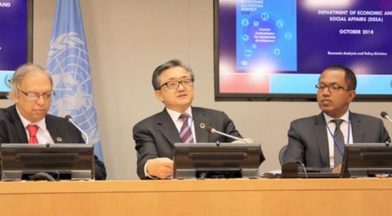 Liu Zhenmin, Phó Tổng thư ký Liên hợp quốc (ở giữa) phụ trách các vấn đề kinh tế và xã hội.