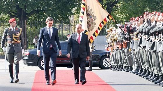 Thủ tướng Áo Sebastian Kurz và Thủ tướng Nguyễn Xuân Phúc duyệt đội danh dự