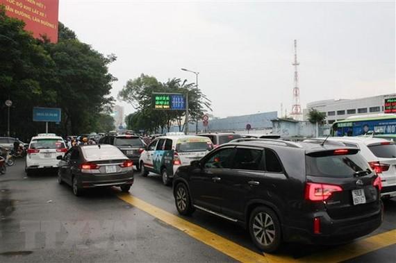 Điểm giao cắt đường Trần Quốc Hoàn và Phan Thúc Duyện thường xuyên có lưu lượng xe rất đông. (Ảnh: Tiến Lực/TTXVN)