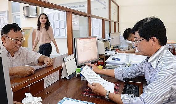 Người dân làm thủ tục hành chính tại UBND quận 7