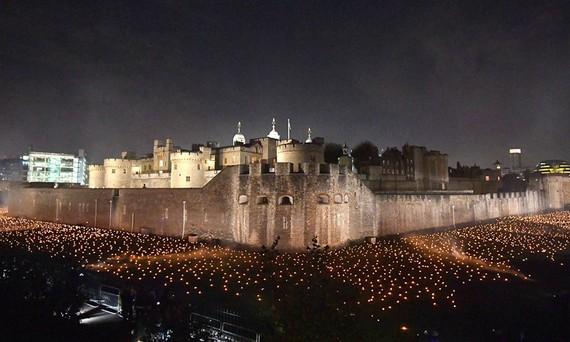 Tháp London rực sáng 10.000 ngọn đuốc kỷ niệm chấm dứt Thế chiến 1