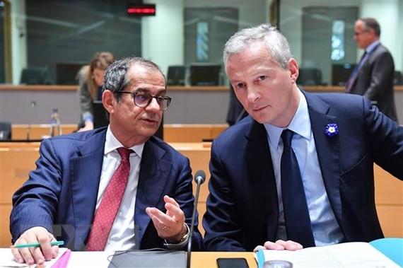 Bộ trưởng Tài chính Italy Giovanni Tria (trái) và Bộ trưởng Tài chính Pháp Bruno Le Maire tại cuộc họp Bộ trưởng Tài chính Eurogroup ở Brussels, Bỉ ngày 5/11/2018. (Ảnh: AFP/ TTXVN)