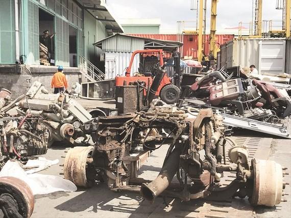 Chiếc ô tô cũ nát bị cắt rời nhập lậu do Hải quan TPHCM bắt giữ ngày 8/11.  Ảnh: Báo Hải quan
