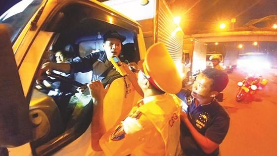 Cảnh sát giao thông TPHCM kiểm tra nồng độ cồn người tham gia giao thông