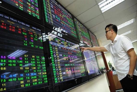 Tăng hơn 17 điểm, VN Index tái lập mốc 900 điểm