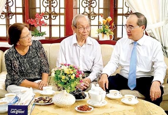 Bí thư Thành ủy TPHCM Nguyễn Thiện Nhân thăm hỏi GS - TS Trần Hồng Quân, nguyên Bộ trưởng Bộ GD - ĐT, Chủ tịch Hiệp hội các trường ĐH, cao đẳng Việt Nam. Ảnh: Hoàng Hùng