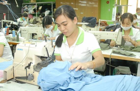 May sản phẩm tại Công ty May Phương Đông. Ảnh: Cao Thăng