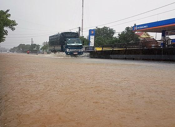 QL 1A đoạn qua huyện Tuy An (Phú Yên) bị ngập trong ngày 26-11. Ảnh: MINH CHÂU