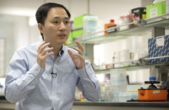 Ông He trả lời phỏng vấn trong phòng thí nghiệm tại Shenzhen (Nguồn: AP)