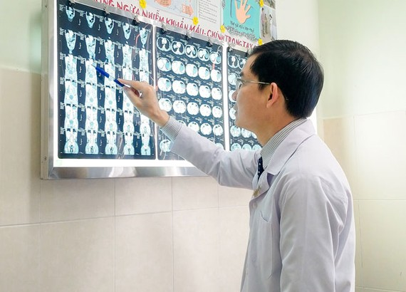 Bác sĩ Nguyễn Hữu Kỳ Phương, xem phim bị vỡ gan của bệnh nhân.