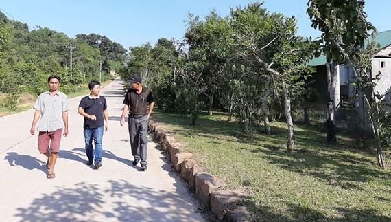Anh Trần Thanh Tuấn chỉ đường xuống khu du lịch sinh thái và biệt thự cao cấp Biển Rừng - Sea Forest Resort & Villas xã Cửa Cạn.