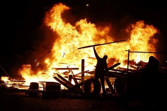 Người biểu tình lấy củi ra đốt cháy tại Đại lộ Champs-Élysées ngày 17/11. (Nguồn: AFP)