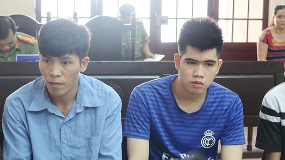 Hai bị cáo Tuấn (trái) và Hiền tại phiên tòa