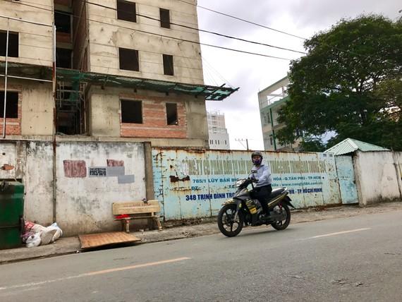 Chung cư 348 Trịnh Đình Trọng (quận Tân Phú) chậm thực hiện đã phát sinh thêm một điểm nóng về khiếu nại đông người. Ảnh: MP