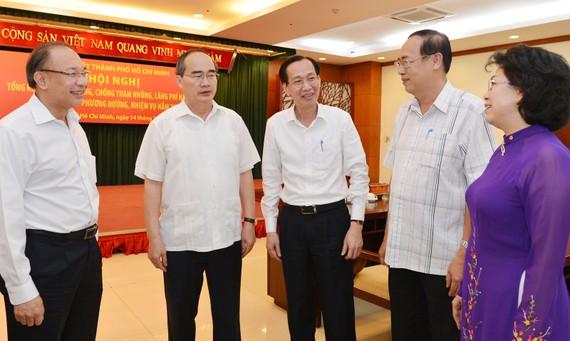 Bí thư Thành ủy TPHCM Nguyễn Thiện Nhân trao đổi với các đồng chí lãnh đạo TPHCM tại Hội nghị