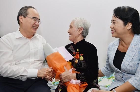 Bí thư Thành ủy TPHCM Nguyễn Thiện Nhân thăm hỏi, tặng quà Mẹ Việt Nam Anh hùng Lê Thị Cách. Ảnh: VIỆT DŨNG