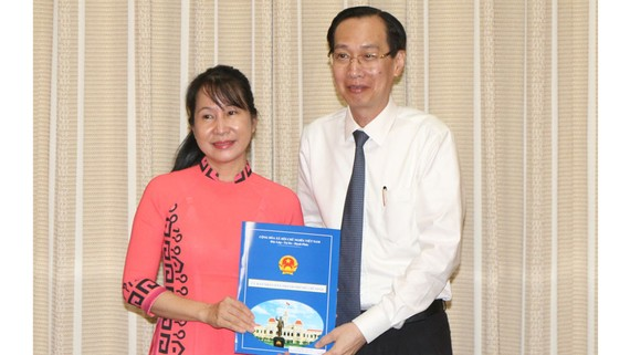 Phó Chủ tịch Thường trực UBND TPHCM Lê Thanh Liêm trao quyết định bổ nhiệm cho bà Chu Vân Hải