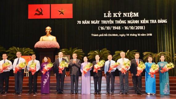 Các đồng chí được nhận kỷ niệm chương của Ủy ban Kiểm tra Trung ương. Ảnh: VIỆT DŨNG
