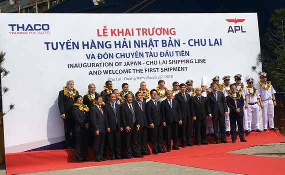 Thủ tướng Chính phủ Nguyễn Xuân Phúc cùng lãnh đạo các bộ, ngành, địa phương tặng hoa cho thuỷ thủ đoàn của hãng tàu APL