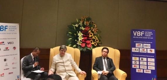 Ông Vũ Tiến Lộc và ông Tomaso Andreatta chủ trì họp báo