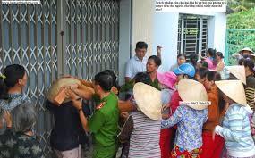 Các con họ đến nhà truy tìm chủ họ đã ôm tiền bỏ trốn. Ảnh tư liệu